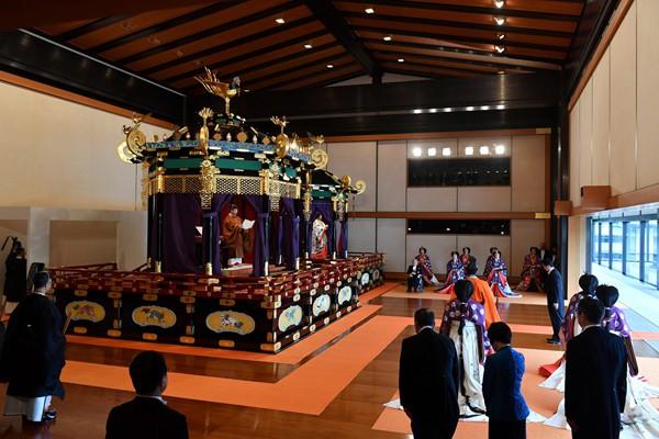 Biểu cảm trang nghiêm đầy xúc cảm của vợ chồng Nhật hoàng trong lễ đăng cơ ngày 22/10 - Ảnh 1.