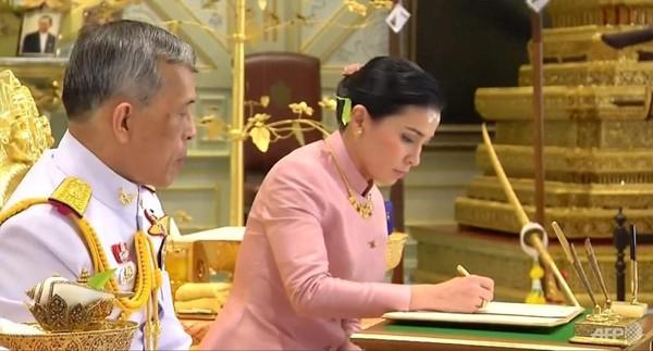 Hoàng hậu - người phụ nữ quyền lực khiến Hoàng quý phi bị phế truất, thất sủng trong mắt nhà vua Thái Lan - Ảnh 3.