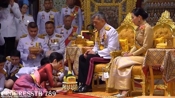 Hoàng hậu - người phụ nữ quyền lực khiến Hoàng quý phi bị phế truất, thất sủng trong mắt nhà vua Thái Lan - Ảnh 2.