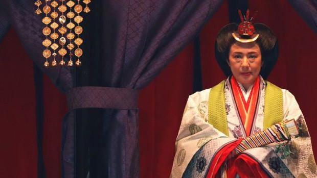 Ngay trước khi Nhật hoàng đăng quang, cầu vồng bất ngờ xuất hiện và núi Phú Sĩ đón đợt tuyết đầu tiên trong sự ngỡ ngàng của người dân - Ảnh 2.
