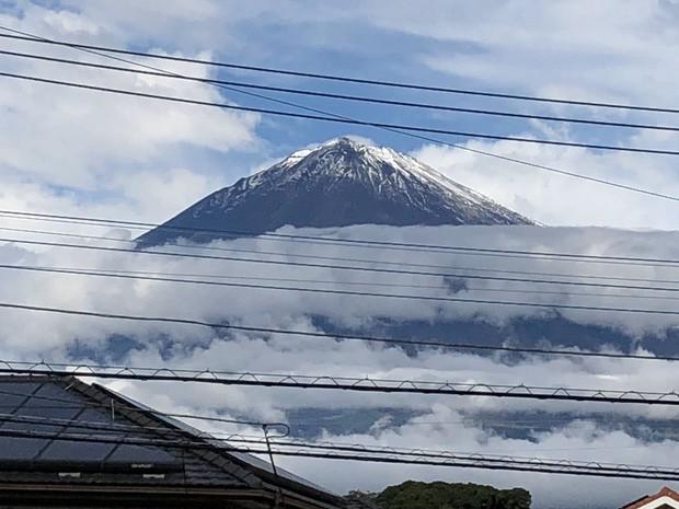 Ngay trước khi Nhật hoàng đăng quang, cầu vồng bất ngờ xuất hiện và núi Phú Sĩ đón đợt tuyết đầu tiên trong sự ngỡ ngàng của người dân - Ảnh 4.