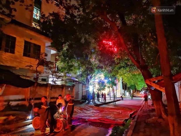 Hà Nội: Giải cứu người đàn ông nằm vắt vẻo trên cây giữa đêm - Ảnh 1.