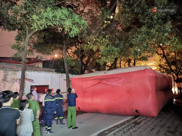 Hà Nội: Giải cứu người đàn ông nằm vắt vẻo trên cây giữa đêm - Ảnh 3.