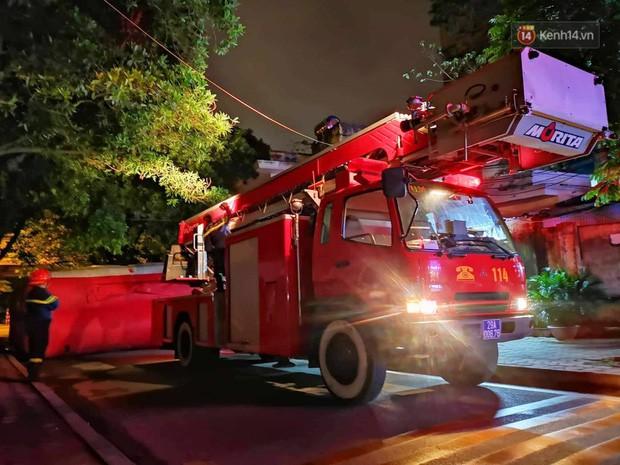 Hà Nội: Giải cứu người đàn ông nằm vắt vẻo trên cây giữa đêm - Ảnh 4.