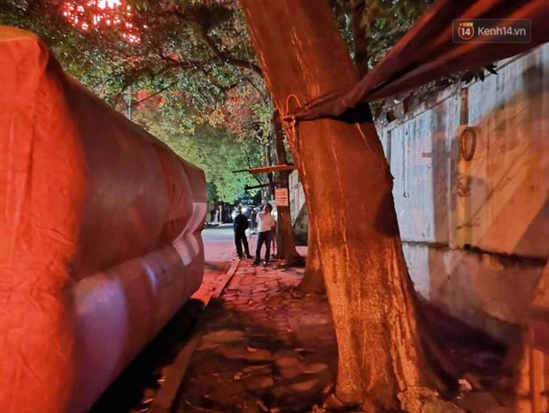 Hà Nội: Giải cứu người đàn ông nằm vắt vẻo trên cây giữa đêm - Ảnh 5.