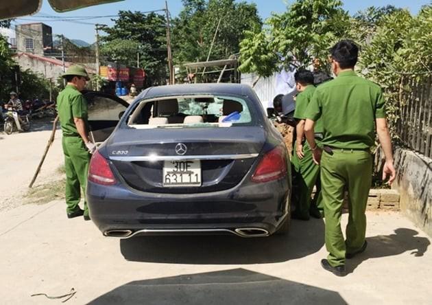 Xe Mercedes bỏ bên đường với nhiều vết máu - Ảnh 1.