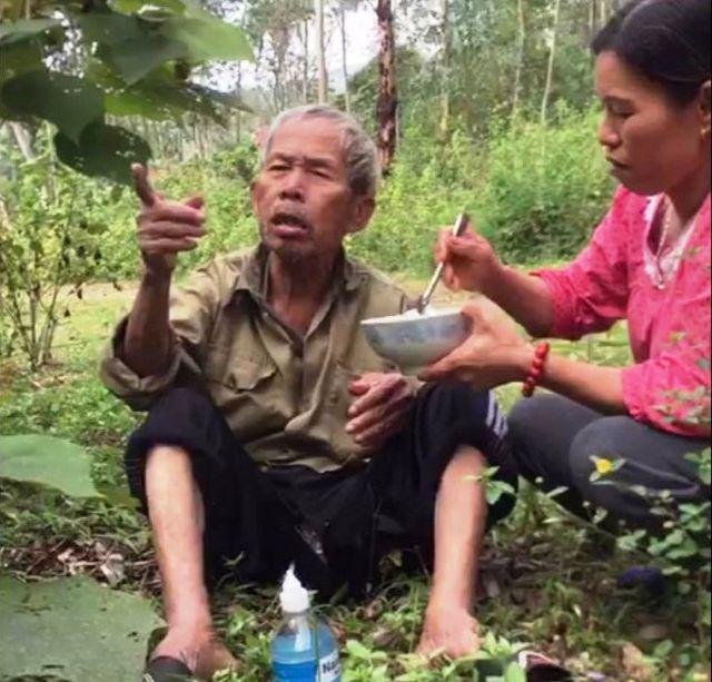Hai mẹ con đem cơm lên núi bón cho cụ già đi lạc  - Ảnh 1.