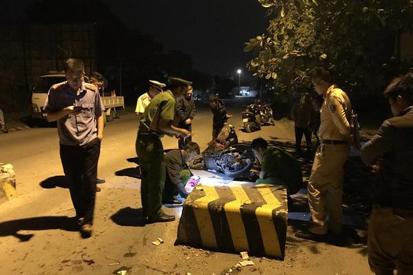 Húc vào cục bê tông giữa đường, con tử vong, mẹ bị thương nặng - Ảnh 2.