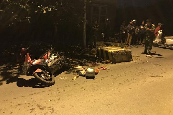 Húc vào cục bê tông giữa đường, con tử vong, mẹ bị thương nặng - Ảnh 3.