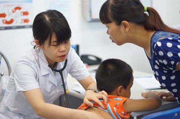 Dấu hiệu nguy hiểm ở trẻ cha mẹ cần biết để đưa con đi khám sớm trước khi quá muộn  - Ảnh 1.