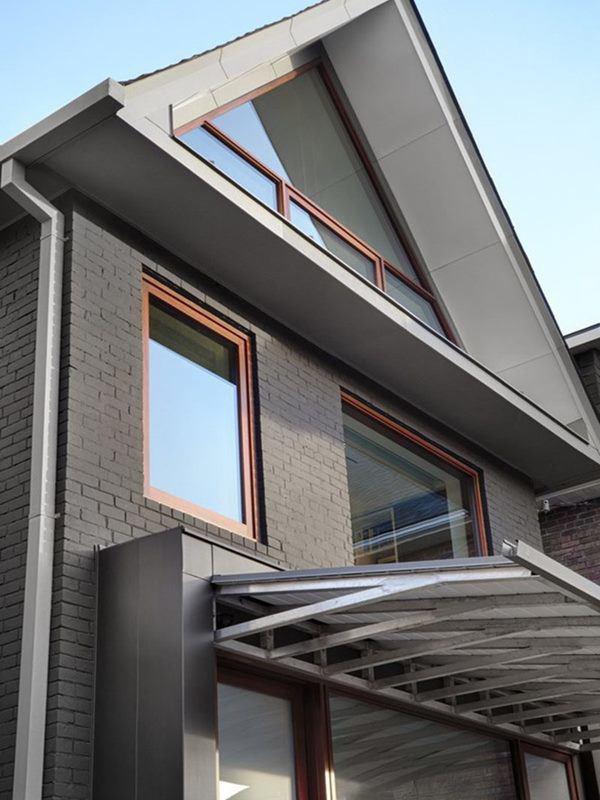 Mẫu nhà mái tam giác 2 tầng đẹp long lanh với chi phí thấp - Ảnh 2.