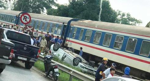Tàu hỏa húc văng ô tô khiến nữ tài xế tử vong - Ảnh 1.