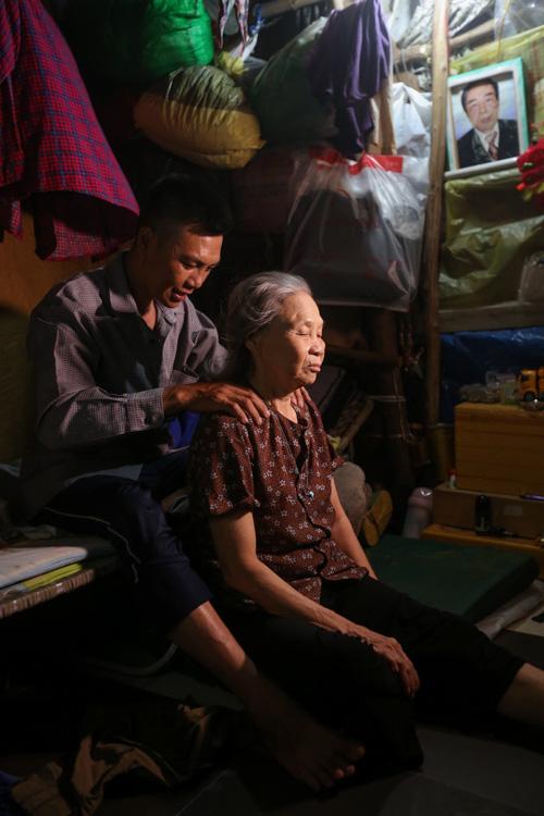 Con trai chở mẹ trong thùng đi nhặt phế liệu đêm - Ảnh 5.