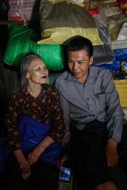 Con trai chở mẹ trong thùng đi nhặt phế liệu đêm - Ảnh 10.