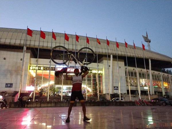 Fan cuồng Thái Lan: Đạp xe 1400km trong 7 ngày tới Hà Nội xem đại chiến Việt Nam - Thái Lan - Ảnh 2.