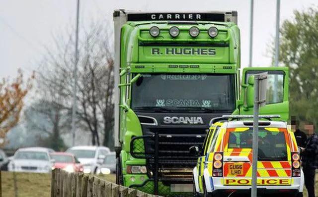 Vụ 39 thi thể trong container: Cảnh sát bám đuổi container màu xanh lá đáng ngờ - Ảnh 1.
