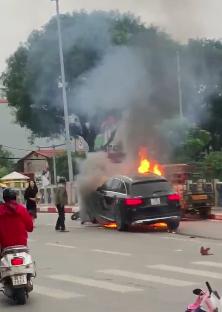 Chiến sỹ CSGT kể lại giây phút kéo người mắc kẹt trong gầm ôtô Mercedes đang rực lửa - Ảnh 5.