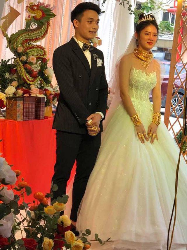 """Cô dâu, chú rể ở Cao Bằng gây xôn xao vì đeo vàng """"trĩu cổ"""" trong ngày cưới  - Ảnh 2."""