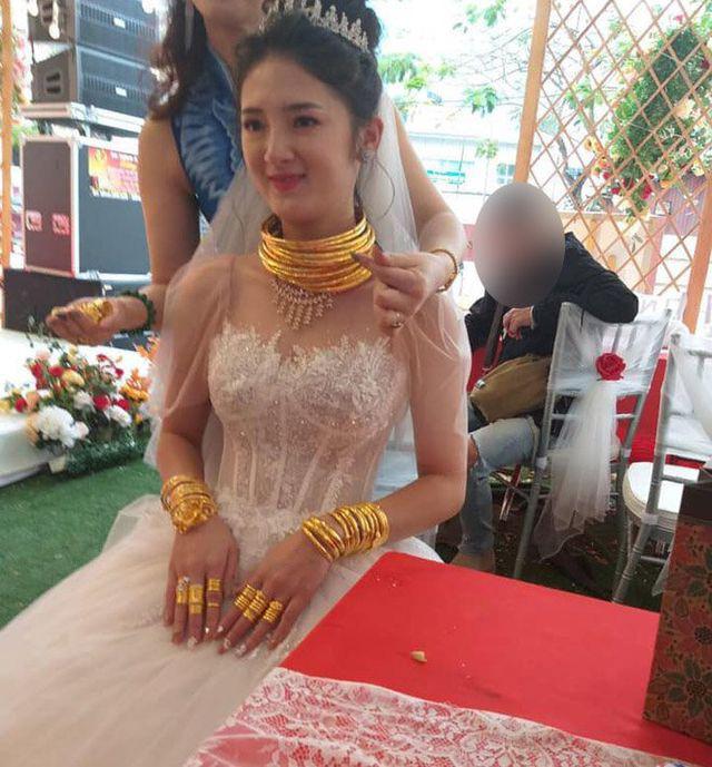"""Cô dâu, chú rể ở Cao Bằng gây xôn xao vì đeo vàng """"trĩu cổ"""" trong ngày cưới  - Ảnh 3."""