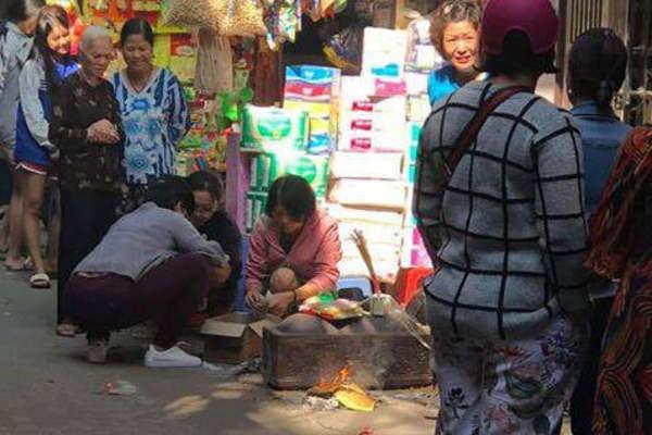 Hà Nội: Tìm ra mẹ của hài nhi bị bỏ trong thùng rác - Ảnh 1.