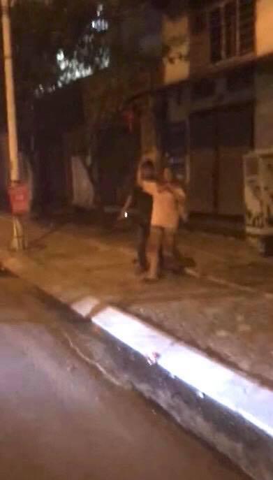 Hà Nội: Nam thanh niên cầm dao dí vào cổ bạn gái uy hiếp trong đêm khiến nhiều người sợ hãi - Ảnh 2.