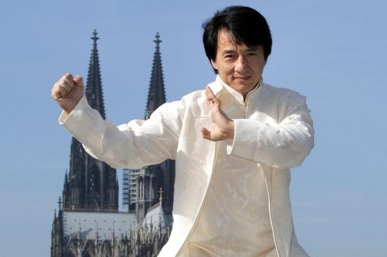 Thành Long Jackie Chan - ngôi sao gây tranh cãi, phim và đời khác xa nhau - Ảnh 3.