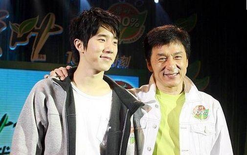 Thành Long Jackie Chan - ngôi sao gây tranh cãi, phim và đời khác xa nhau - Ảnh 8.