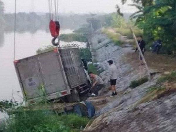 Ô tô tải mất lái đâm tử vong một thuyền chài đang… đánh cá trên sông - Ảnh 2.