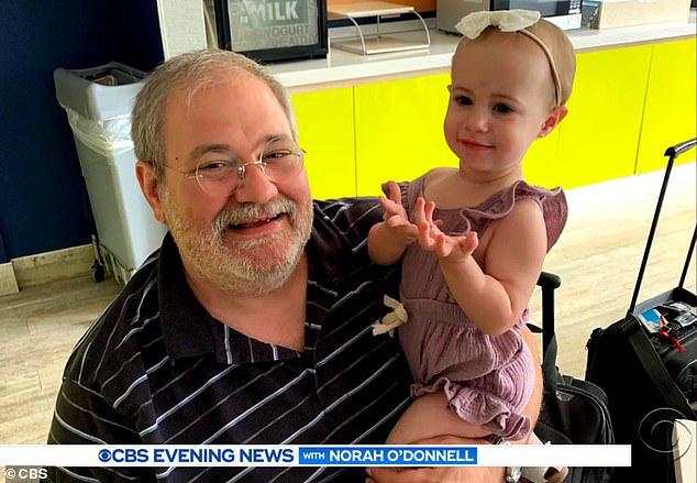 Bé gái 18 tháng đang được ông bế thì bất ngờ rơi khỏi cửa sổ tầng 11 tử vong và khoảnh khắc cuối đời của đứa trẻ gây tranh cãi - Ảnh 1.