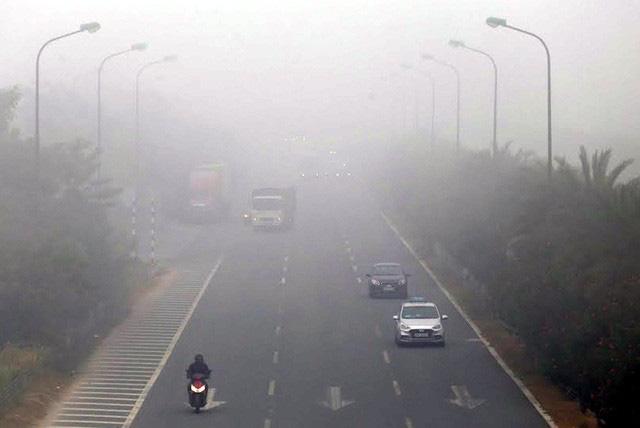"""Sương mù """"nuốt trọn"""" Hà Nội, người bình thường bắt đầu bị ảnh hưởng sức khỏe - Ảnh 2."""