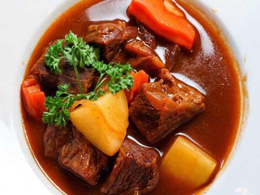 Cuối tuần vào bếp với món bò sốt vang nấu với gấc ngon tuyệt hảo - Ảnh 1.