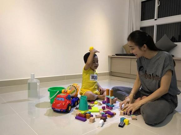 Huỳnh Đông sử dụng nội thất thông minh kết hợp nhiều chức năng để đựng đồ khiến các căn phòng trở nên thoáng hơn.