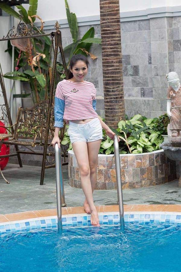 Căn biệt thự này có bể bơi trong khuôn viên, thường là nơi vui đùa, thư giãn của các thành viên trong gia đình.