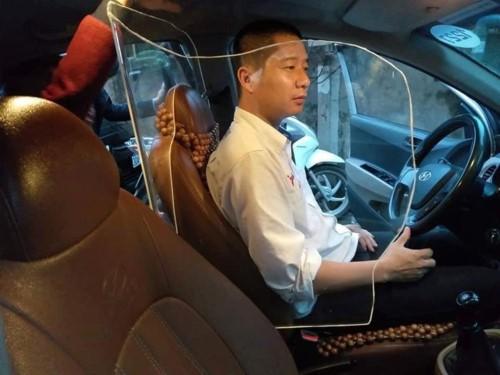 Hình ảnh khoang chắn ngăn cách tài xế taxi đang gây xôn xao dư luận.