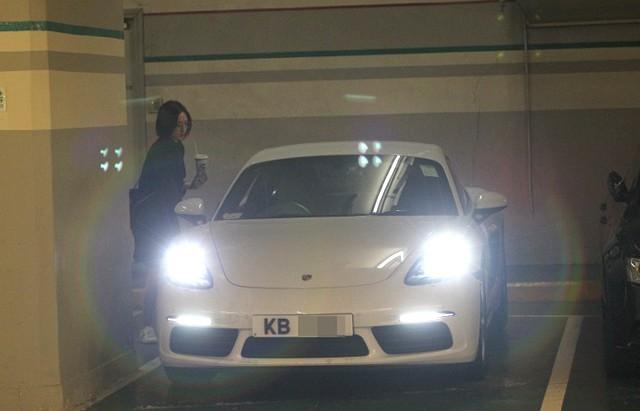Cung Gia Hân lái chiếc Porsche mới.