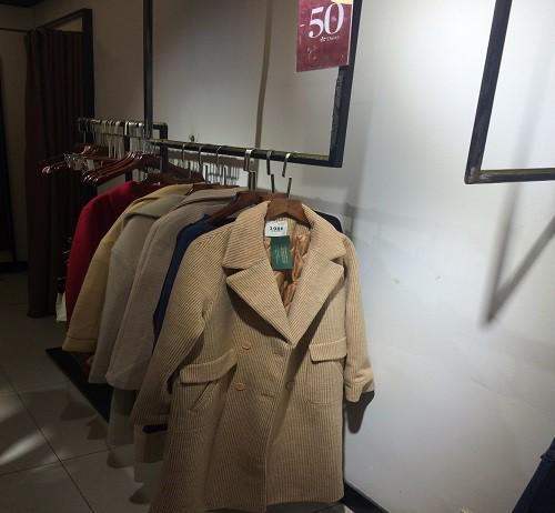 Những chiếc áo khoác mùa đông nằm im lìm một góc dù đã được giảm nửa giá.