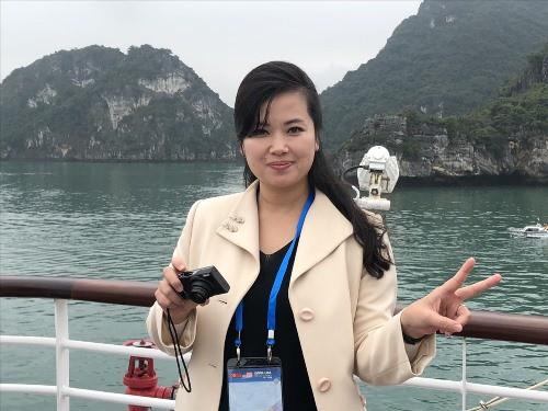 Hyon Song-wol tạo dáng bên vịnh Hạ Long. Ảnh: N.H