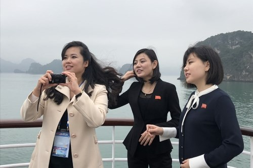 Nữ ca sĩ cùng hai cô gái trong phái đoàn thích thú với vẻ đẹp của vịnh Hạ Long. Ảnh: N.H