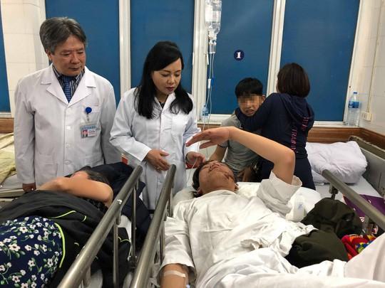 Kiểm tra ngẫu nhiên 2 bệnh nhân cấp cứu tại Bệnh viện Việt Đức trước thời khắc giao thừa Tết Kỷ Hợi, Bộ trưởng Bộ Y tế phát hiện hai bệnh nhân đều vào viện vì uống rượu.
