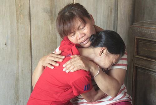 Bà Thìn (áo sọc) cùng chị dâu xúc động khi gặp nhau. Ảnh: Vũ Kim.