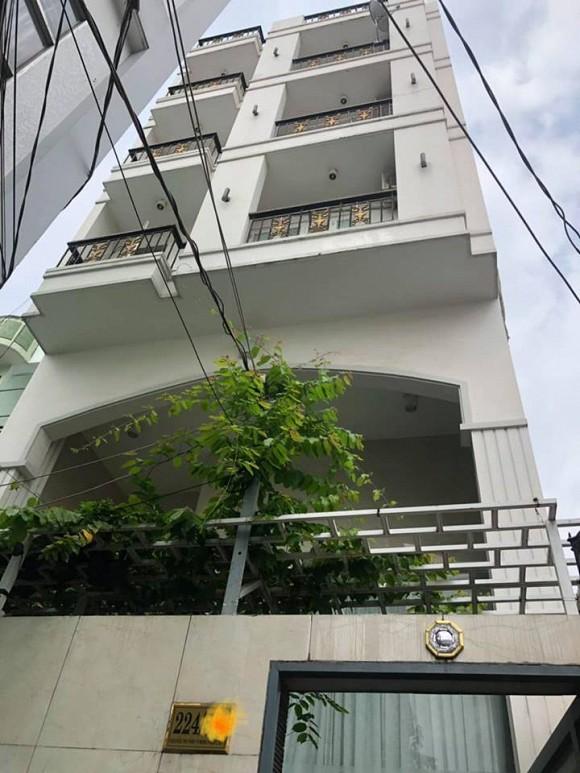 Căn nhà này có diện tích 120m2, gồm một hầm để xe, một trệt và 4 tầng lầu.