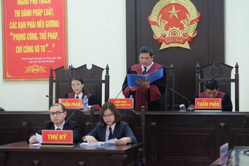Chủ tọa phiên tòa tuyên án. (ảnh: TG)