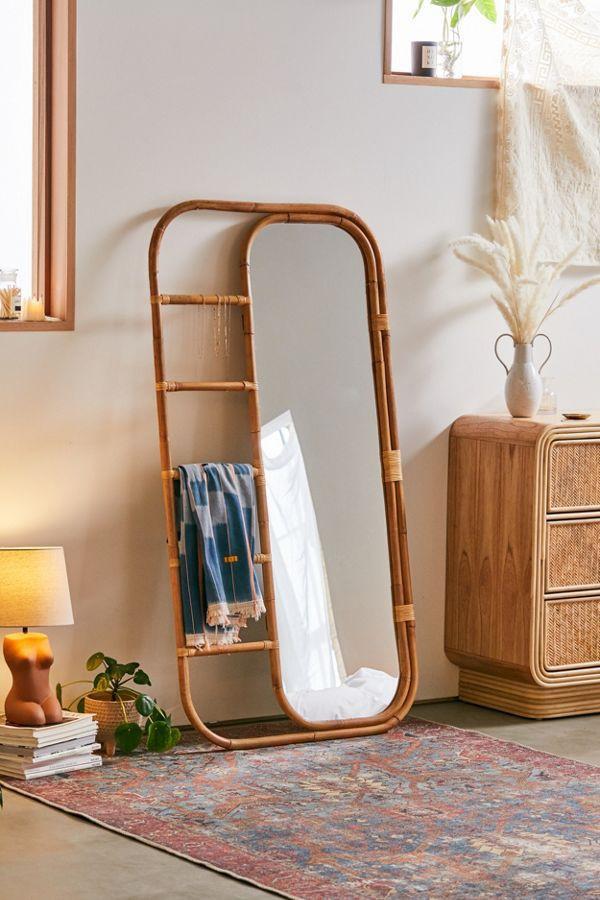 Không gian thêm phần thú vị với giá treo Ria Leaning Rattan Mirror đan lát chất liệu mây, giúp việc treo đồ vô cùng thuận tiện (Ảnh: Urban Outfitters).