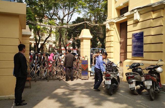 Cổng Sở KH&ĐT Hải Phòng đã đóng trong giờ hành chính vì lo ngại bị gây mất trật tự, ảnh hưởng công việc. Ảnh: TL