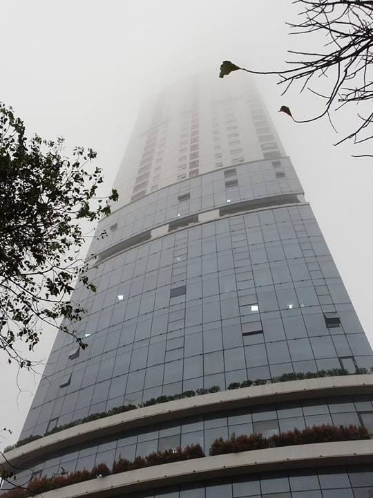 Từ sáng sớm xuất hiện sương mù dày đặc bao phủ khắp Hà Nội.
