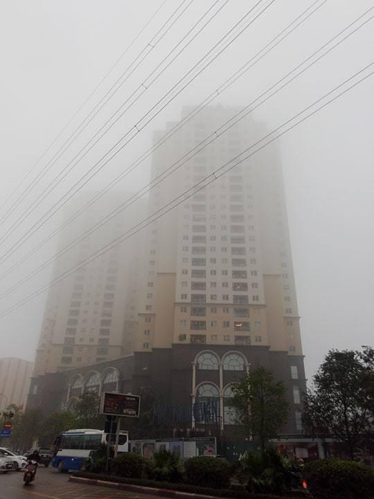 Sương mù cũng khiến tầm nhìn bị hạn chế, rất nhiều tòa nhà cao tầng bất ngờ bị sương bao phủ phần ngọn.