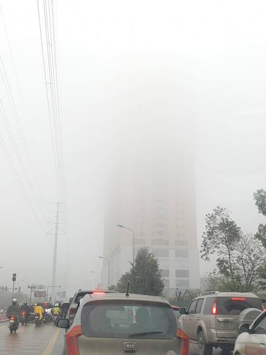 Nhiều tòa nhà dường như biến mất trong làn sương dày đặc.
