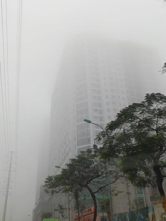 Tòa nhà trên đường Tố Hữu bị lẫn khuất trong làn sương.