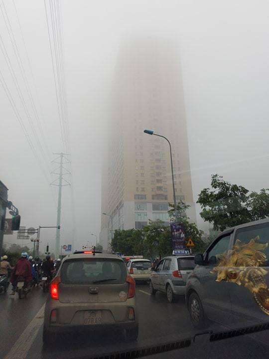 Mưa phùn, sương mù khiến các phương tiện giao thông di chuyển khó khăn.