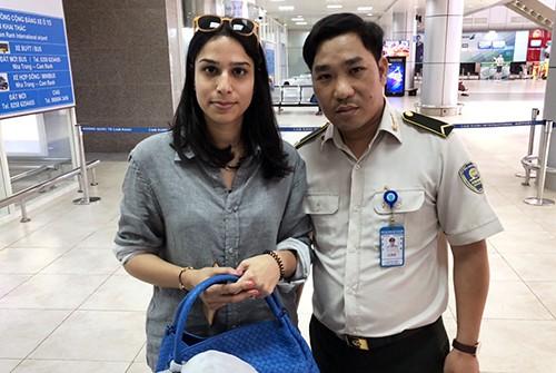 Nữ du khách nhận tài sản khi để quên ở sân bay quốc tế Cam Ranh, hôm 14/3. Ảnh: Trung Thanh.